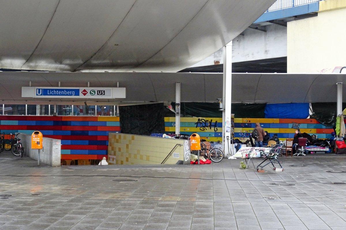 Obdachlose in Lichtenberg: Deutsche Bahn will Vorplatz räumen lassen