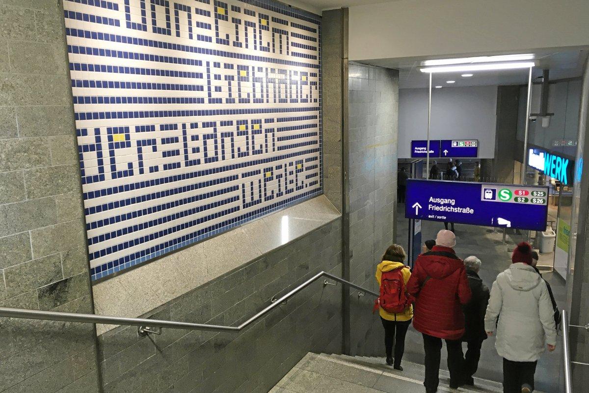 Kunst am Bahnhof Friedrichstraße lädt zum Innehalten ein