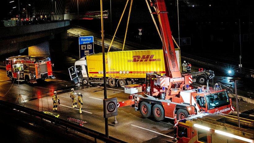 Berlin: A100 nach Lkw-Unfall gesperrt - Lange Staus
