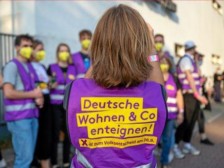 Unterstützer der Initiative Deutsche Wohnen und Co. enteignen sammeln sich vor Beginn der Wahlparty der Initiative vor den Union-Filmstudios.