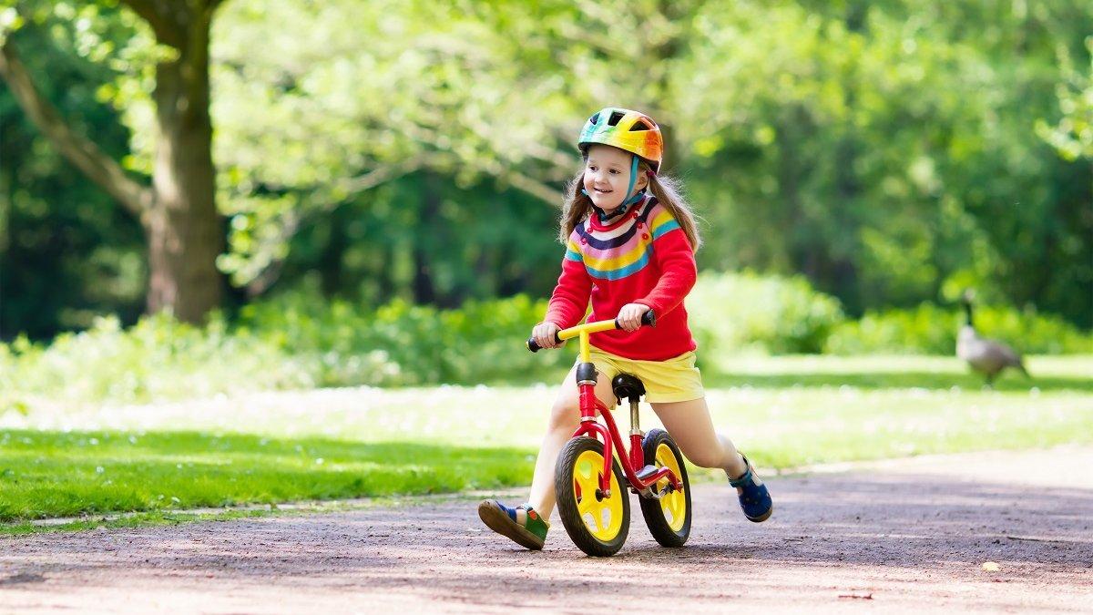 Mit einem Laufrad trainieren Kinder ihr Gleichgewichtssinn