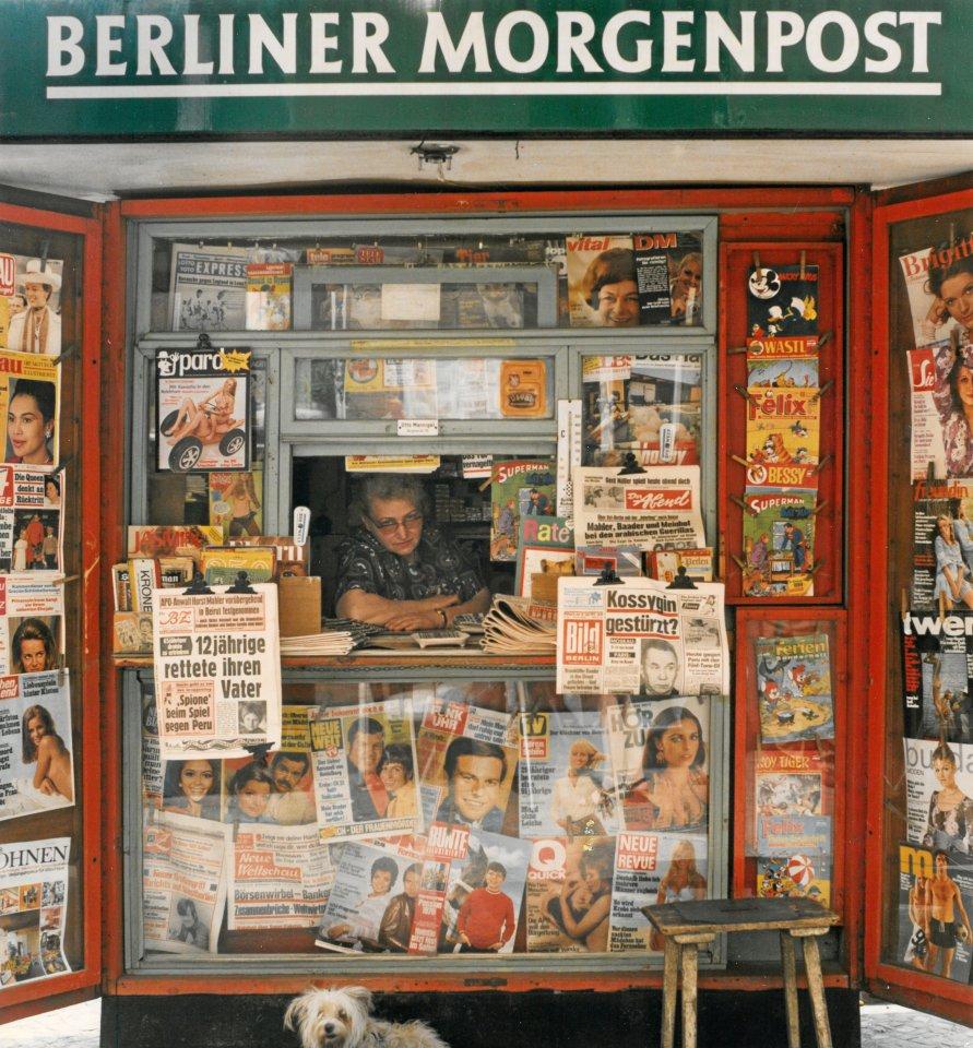 """Ein üppiges Kiosk-Angebot zeigt """"Zeitungsfrau"""", 1970."""