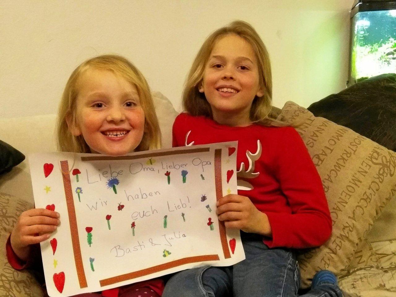 """""""Wir haben euch lieb!"""": Viele Grüße senden Julia (6) und Basti (9) Benz aus Lichtenrade an ihre Großeltern Gabriela und Michael Jaeschke nach Buckow."""