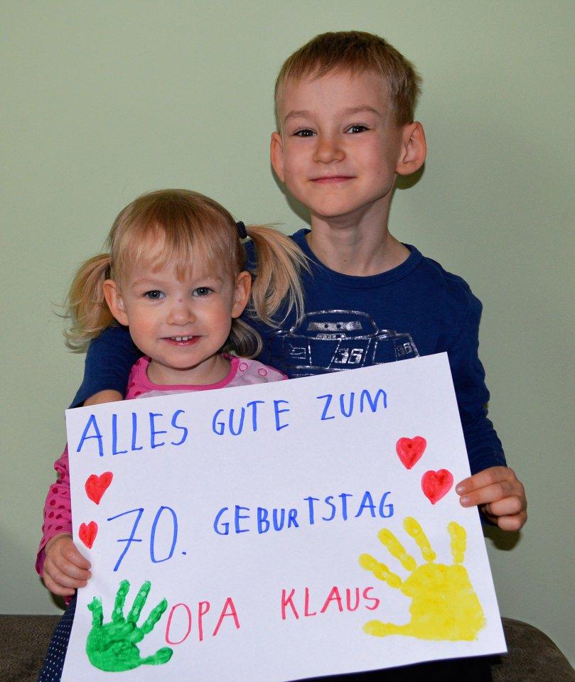 Überraschung: Herzliche Geburtstagsgrüße an Opa Klaus kommen von seinen Enkelkindern Luisa (2) und Julius (6) Blücher aus Mahlsdorf.