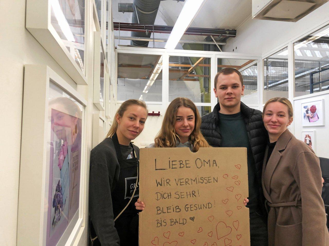 Die Vier vermissen ihre Oma: Lisa (30, v.l.), Pia (14), Kai (21) und Nina (28) Wegert aus Charlottenburg haben Sehnsucht nach ihrer Großmutter Ingeborg Lengricht.