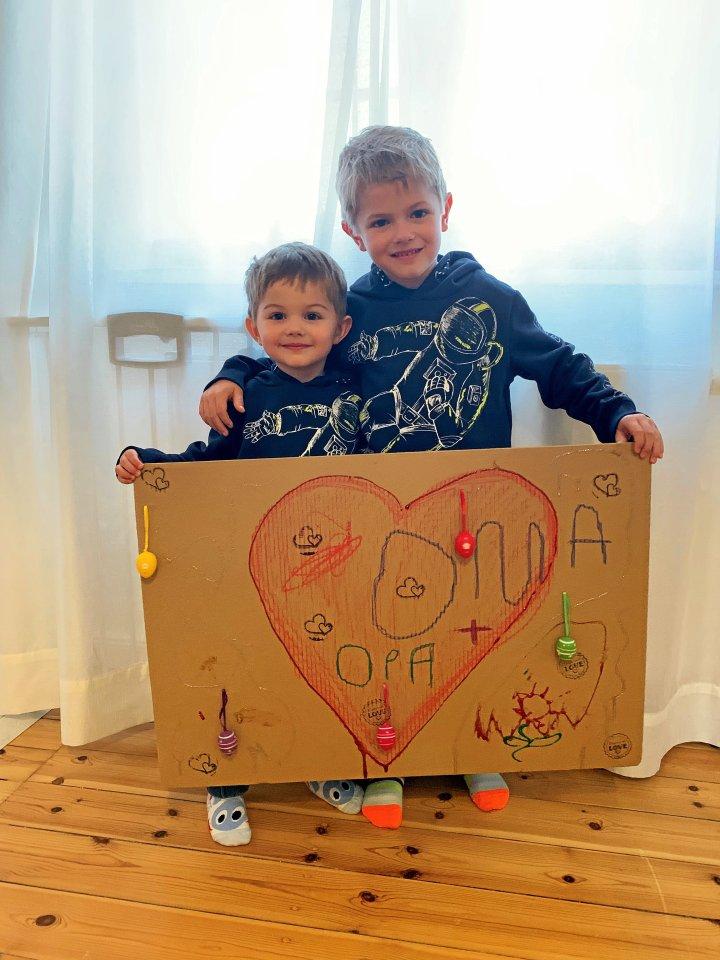 Ein großes Herz und ein bunte Ostereier: Raphael (5) und Johan (3) Voß aus Zehlendorf haben Sehnsucht nach ihren Großeltern Beate und Herbert Voß sowie Evelyn und Gunter Waize.