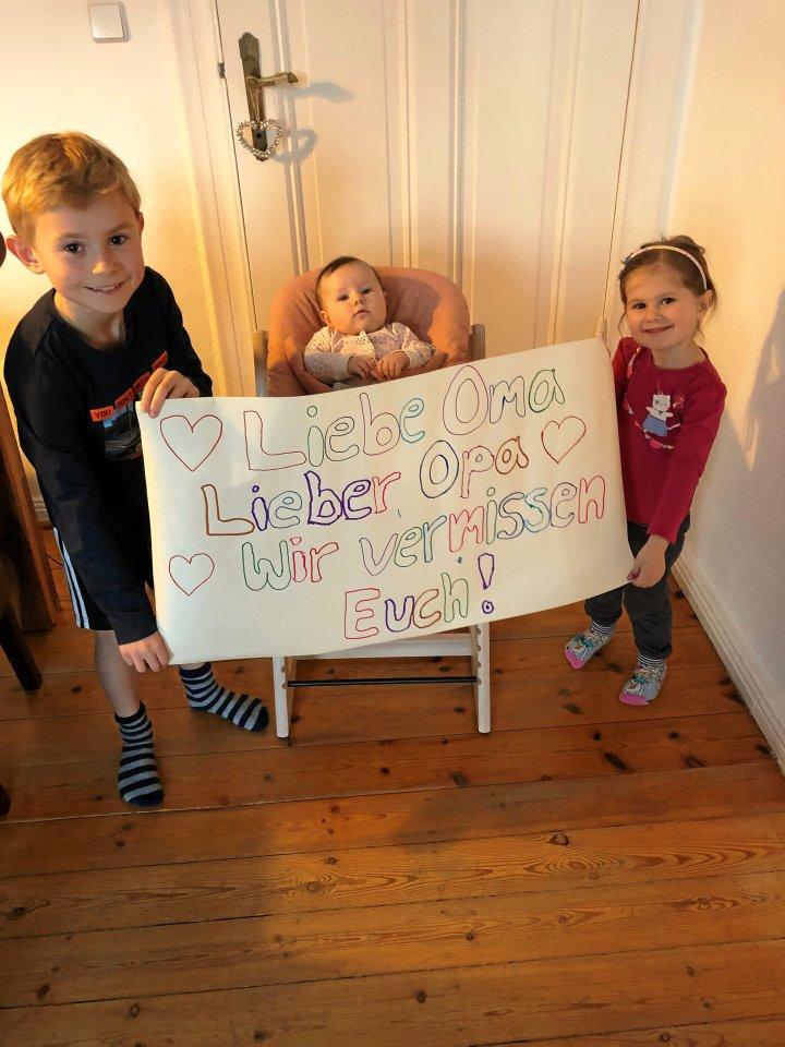 Schicken ganz viel Liebe: Tristan (8), Alisa (3, r.) und Melina (vier Monate) aus Spandau senden Grüße an Oma Elisabeth und Opa Hubert.