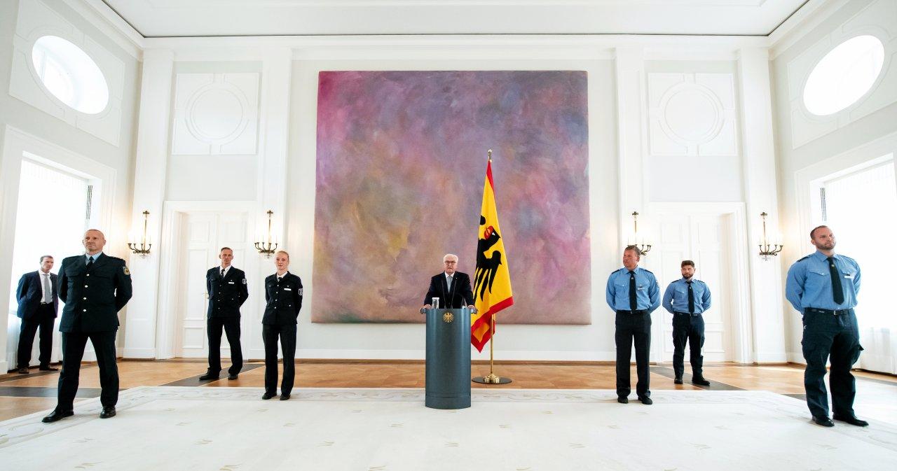 Bundespräsident Frank-Walter Steinmeier äußert sich nach seinem Treffen mit Polizistinnen und Polizisten, die am Samstag  im Rahmen von Anti-Corona-Demonstrationen eingesetzt waren.
