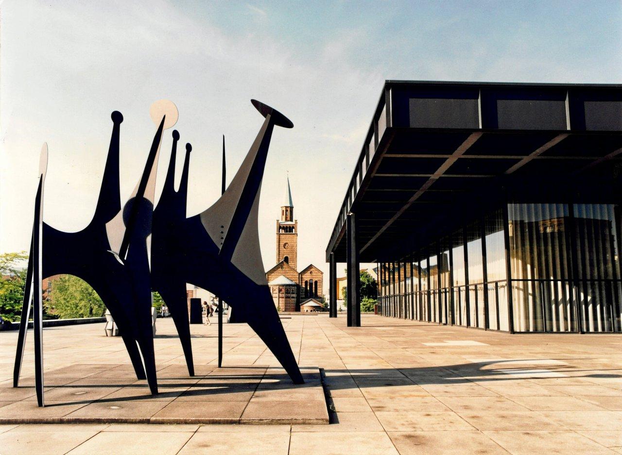 """Die """"Têtes et Queue"""" des US-Bildhauers Alexander Calder wurde bereits zur Eröffnung vor Mies van der Rohes Neuer Nationalgalerie aufgestellt."""