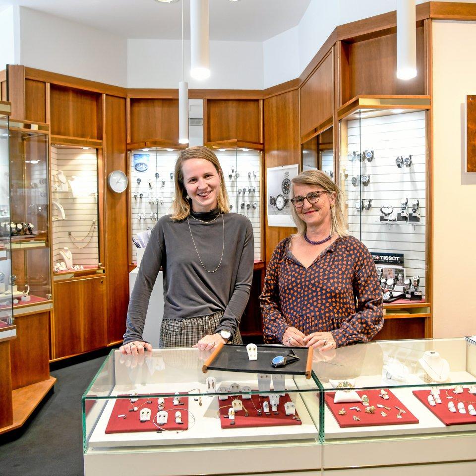 """In bald fünfter Generation in der Spandauer Altstadt: Katrin Germershausen (r.) und ihre Tochter Mia-Phyllis (l.) lieben ihr Familiengeschäft """"Juwelier Brose""""."""
