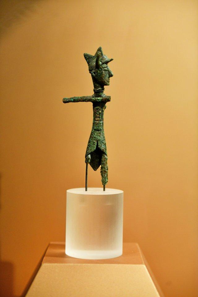 Bronzene Figuren: Ein Bogenschütze, dem die Waffe im Lauf der Zeit abhanden kam.