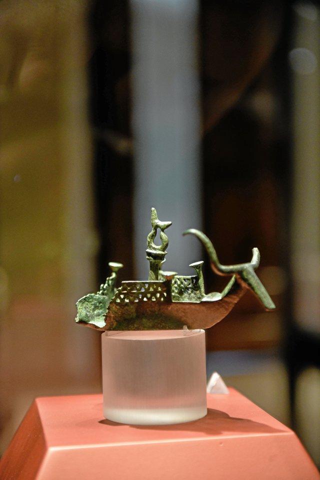 Große Liebe zum Detail zeigt dieses Schiffchen aus der späten Bronzezeit.