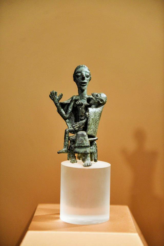 """Vorläuferin der """"Pietà"""": eine Mutter mit ihrem wohl erkrankten oder verstorbenen Kind."""
