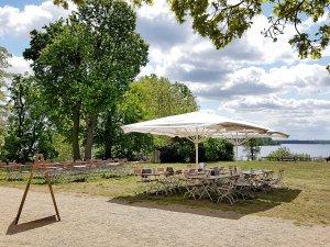 Im historischen Gutshaus Neukladow gibt es ein Café und Restaurant mit Blick über die Havel.