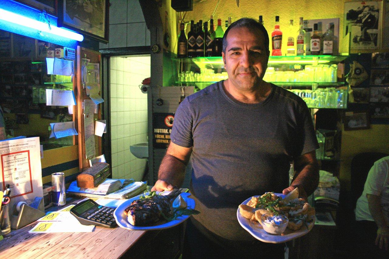 """Im Restaurant """"Ergüns Fischbude"""" kommen gegrillter Fisch und andere mediterrane Speisen auf den Teller."""