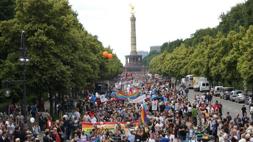 500 000 menschen feiern beim csd in berlin