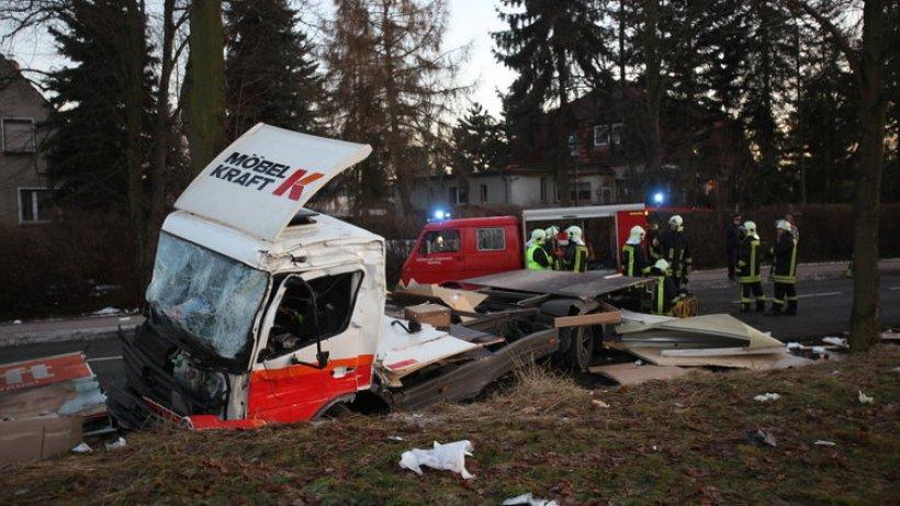 linienbus st t mit lastwagen zusammen polizeiberichte polizeimeldungen berliner morgenpost. Black Bedroom Furniture Sets. Home Design Ideas
