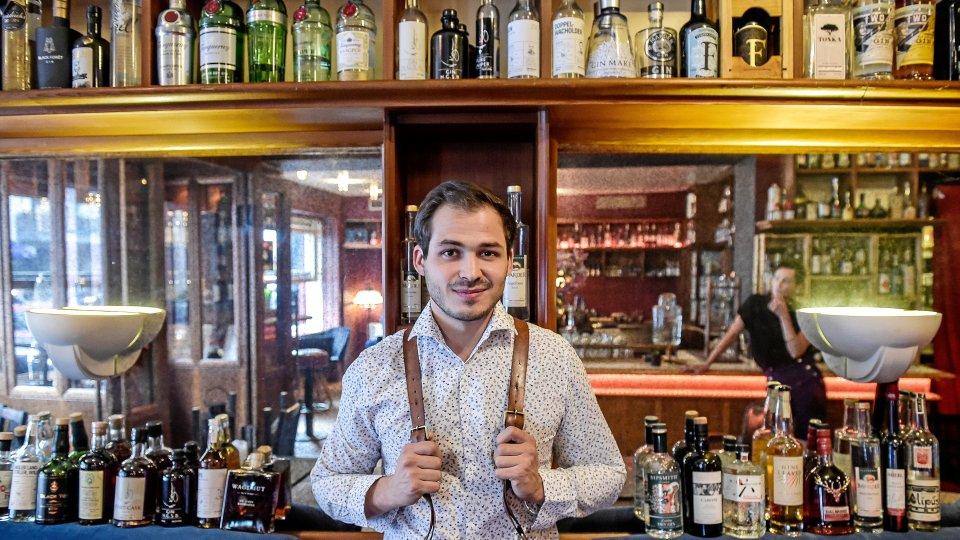 """Nicolas Kröger in seiner Bar """"Wagemut""""."""