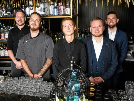"Das Team des ""House of Gin"": Chef de Bar Christopher Tepasse, Souschef Nico Schwirz, Bar Supervisor Michaela Dietrich, Assistant Bar Manager Frank Klevenow, Restaurant und Bar-Manager Sebastian Jaroljneh."