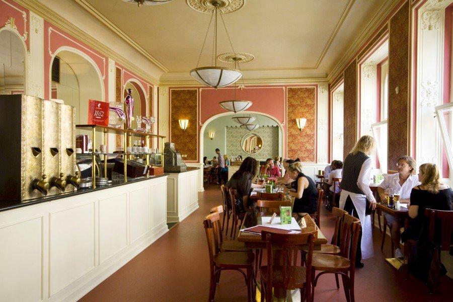 Im schönen Café Louvre gibt es feines Frühstück
