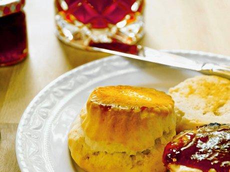Scones, Clotted Cream und Erdbeermarmelade aus dem Reisebüro BITS Britain and Ireland Tours für die perfekte Tea Time.