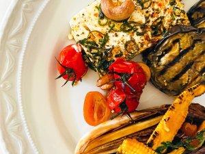 Luxus Lunch: Geräucherte Auberginencreme, eingelegter Schafskäse, geschmolzene Honigtomaten, gebratener Radiccio.