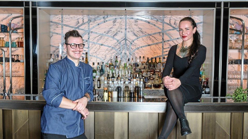 """Barmanagerin Peggy Knuth und """"Pots""""-Küchenchef Christopher Kujanski sind das Team beim Morgenpost-Tasting im """"The Curtain Club""""."""