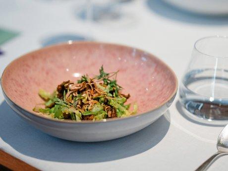 Der Peking Duck Salat hat sich in kurzer Zeit zu einem Klassiker auf der Karte von Tim Raue entwickelt.