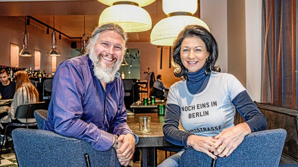 """Andreas Karlsson, Chef von """"Sticks 'n' Sushi"""" und Deutschland-Geschäftsführerin Annette Schwarz in dem neuen Restaurant an der Kantstraße."""