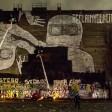 Mit schwarzer Farbe gegen teure Mieten: Lutz Henke und andere Künstler übermalen die Street-Art-Gemälde an der Cuvrybrache