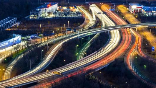 Dichter Verkehr ist in Berlin am Abend bei der Langzeitbelichtung als Lichterbänder auf dem Stadtring am Messegelände zu sehen.
