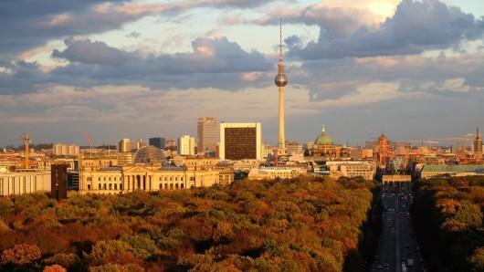 Das bunt gefärbte Laub des Tiergartens wird am 29.10.2013 in Berlin von der untergehenden Sonne angestrahlt. Im Hintergrund der Reichstag und der Fernsehturm. Foto: Rainer Jensen/dpa +++(c) dpa - Bildfunk+++