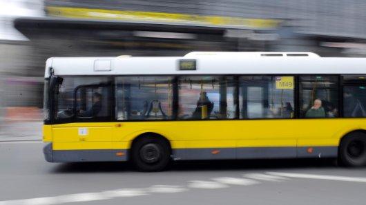 Als ein BVG-Bus plötzlich stark bremsen musste, wurden mehrere Fahrgäste verletzt