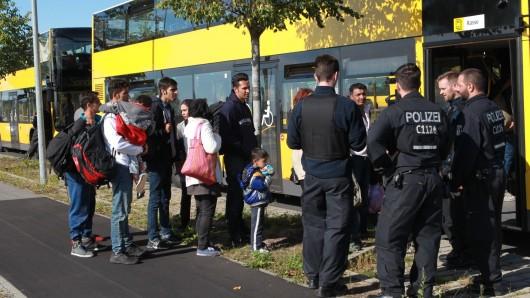 450 Flüchtlinge sind am Dienstag mit einem Sonderzug aus München in Schönefeld angekommen und werden auf Berliner Unterkünfte verteilt