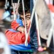 Flüchtlingskinder warten vor dem Lageso in Berlin: Einige sollen in der ehemaligen Schule in Neukölln unterkommen