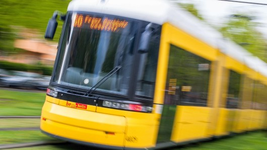 Eine Straßenbahn der Berliner Verkehrsbetriebe (Archivbild)