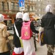 Junge Muslima mit weißen Kopftüchern