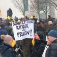 Russlanddeutsche demonstrieren im Fall der angeblichen Vergewaltigung einer 13-Jährigen in Berlin