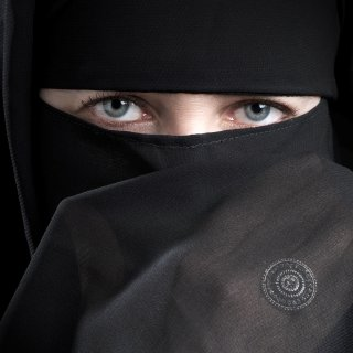 Eine Frau trägt einen Nikab (Symbolbild)