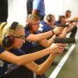 Polizeischüler trainieren auf einem Schießstand in Berlin