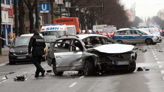 An der Bismarckstraße hat sich ein schwerer Unfall ereignet. Ein Auto explodierte, ein Mann starb.