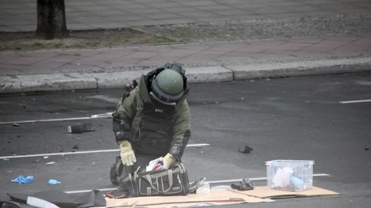 Sprengstoffexperten überprüften die Überreste des Wracks auf weitere Sprengmittel