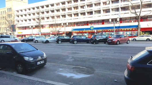 Einen Tag nach der Explosion einer Autobombe sind noch Spuren des Unglücks auf der Bismarckstraße zu erkennen