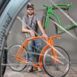 """Nico Wünsche mit dem von ihm gestalteten """"Velothon Custom Bike"""", das von der Velothon Berlin verlost wird"""