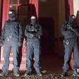Polizisten vor einem Haus an der Perleberger Straße in Moabit. Die Islamistenszene stand im Mittelpunkt der Aktion im Januar 2015