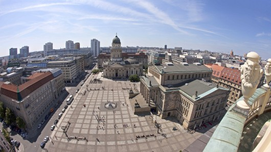 Die ursprünglich kalkulierten Kosten von 34 Millionen Euro für den Umbau verringern sich auf 10,5 Millionen Euro, weil nicht der gesamte Platz umgestaltet wird