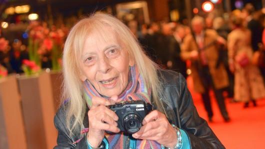 Erika Rabau mit Kamera am roten Teppich vor dem Berlinale-Palast