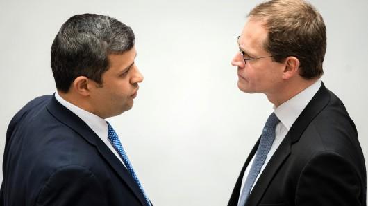Der Fraktionsvorsitzende der SPD, Raed Saleh (l), und der Regierende Bürgermeister Michael Müller vor Beginn einer Plenarsitzung im Abgeordnetenhaus im April