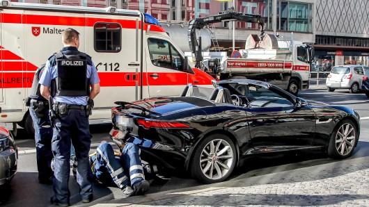 Verdächtig laut: Polizeikontrolle an der Joachimsthaler Straße Ecke Kurfürstendamm