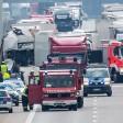 Mehrere Lkw blockieren auf der A12 kurz vor der Abfahrt Fürstenwalde Ost nach einem Unfall den Verkehr. Ein Fahrer kam ums Leben, ein weiterer wurde verletzt